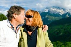Wandern von älteren Paaren Lizenzfreie Stockbilder