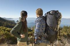 Wandern von Paaren auf der Küstenbahn, die Ansicht betrachtet Stockfoto