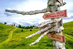 Wandern von Zeichen auf Berg Stockbilder