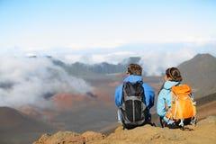 Wandern - Wanderer, die Ansicht genießend auf Vulkan sitzen Stockbild