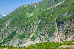 Wandern zu Argentiere-Gletscher mit der Ansicht über das Gebirgsmassiv-DES Aig lizenzfreie stockfotos
