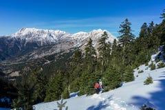 Wandern, zum des Gipfels Dourdouvana-Berges in Peloponnes Griechenland zu erreichen stockfotografie