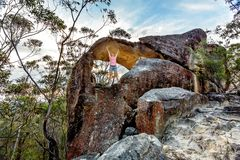 Wandernde Erforschung des Mädchens in Nationalpark Wollemi stockfotografie