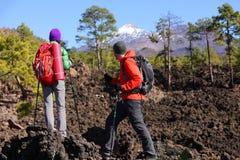 Wandernde Leute - gesunde aktive Lebensstilwanderer Stockfoto