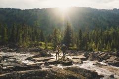 Wandernde Reise der jungen Paare im schönen Gebirgspfad Stockfotografie