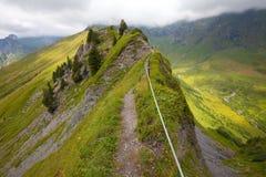Wandernde Spur des Abenteuers in den Schweizer Alpen stockfotografie
