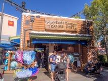 Wandernde von Eichenholz Handelsstation an Erlebnispark Disneys Kalifornien Stockfotografie