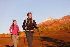 Wandernde Wandererleute - gesunder aktiver Lebensstil Stockfoto