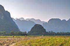 Wanderndes und Reitenfahrrad der Leute außerhalb Vang Vieng stockfoto