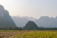 Wanderndes und Reitenfahrrad der Leute außerhalb Vang Vieng lizenzfreie stockfotografie