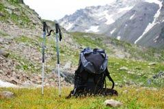 Wandert Wanderstock auf dem Hintergrund von Bergen Stockfoto