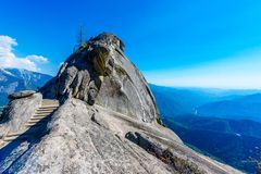 Wanderung auf Moro Rock Staircase in Richtung zur Gebirgsspitze, Granithaubenfelsformation im Mammutbaum-Nationalpark, Sierra Nev lizenzfreie stockfotos