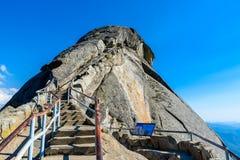 Wanderung auf Moro Rock Staircase in Richtung zur Gebirgsspitze, Granithaubenfelsformation im Mammutbaum-Nationalpark, Sierra Nev stockbild