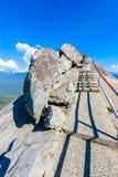 Wanderung auf Moro Rock Staircase in Richtung zur Gebirgsspitze, Granithaubenfelsformation im Mammutbaum-Nationalpark, Sierra Nev lizenzfreie stockfotografie