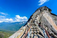 Wanderung auf Moro Rock Staircase in Richtung zur Gebirgsspitze, Granithaubenfelsformation im Mammutbaum-Nationalpark, Sierra Nev lizenzfreies stockbild