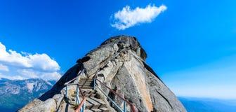 Wanderung auf Moro Rock Staircase in Richtung zur Gebirgsspitze, Granithaubenfelsformation im Mammutbaum-Nationalpark, Sierra Nev stockbilder