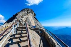 Wanderung auf Moro Rock Staircase in Richtung zur Gebirgsspitze, Granithaubenfelsformation im Mammutbaum-Nationalpark, Sierra Nev stockfoto