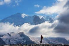 Wanderung auf Mt regnerischer lizenzfreie stockfotografie