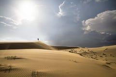 Wanderung in der Sandwüste Lizenzfreie Stockfotografie