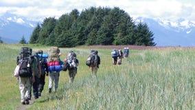 Wanderungs-Wiesenberge 3 der Gruppe wandernde Lizenzfreie Stockfotos