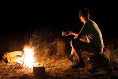 Wanderungstourist an einem Lagerfeuer Lizenzfreies Stockbild