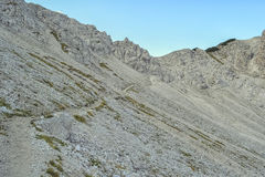 Wanderweg über dem Berg Lizenzfreie Stockfotografie