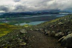Wanderweg auf Berg Esja, Island lizenzfreie stockfotos