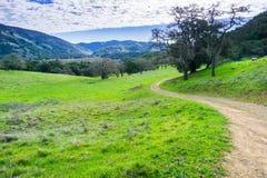 Wanderweg durch die Hügel und die Täler von Coyote See Harvey Bear Ranch County Park stockfoto