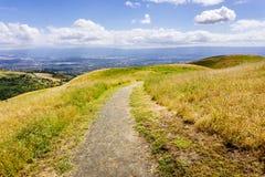Wanderweg durch die H?gel S?d-San- Francisco Baybereichs, San Jose sichtbar im Hintergrund, Kalifornien stockbild