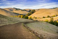 Wanderweg durch goldene Hügel bei Sonnenuntergang in Garin Dry Creek Pioneer Regional-Park stockfoto