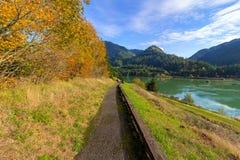Wanderweg entlang Columbia River Stockfotos