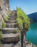 Wanderweg mit Treppenhaus an Seeufer achensee Lizenzfreie Stockfotos