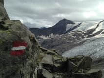 Wanderweg mit Wegweiser in den europäischen Alpen Stockfotografie