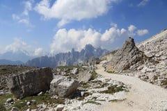 Wanderweg um Tre Cime-Spitzen Stockfoto