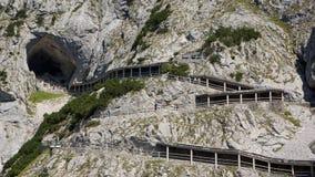 Wanderweg zum Eishöhleneingang auf Berg lizenzfreies stockfoto