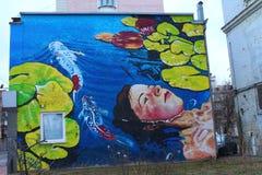Wandgemälde auf dem hohen Gebäude Graffiti, malend auf der Wand Stockbild