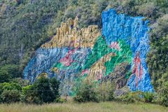Wandgemälde Mural de la Prehistoria The der Vorgeschichte gemalt auf einer Klippenwand im Vinales-Tal, Kuba stockbild