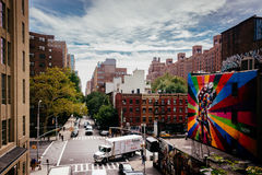 Wandgemälde und Gebäude auf 25. Straße in Chelsea gesehen vom Hig Stockbild