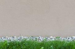Wandhintergrund mit Felsen und Gras Lizenzfreie Stockfotos