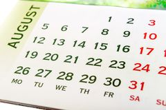 Wandkalender August stockfotos