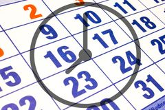 Wandkalenderkalender mit der Zahl von Tagen und von nahem hohem der Uhr lizenzfreie abbildung