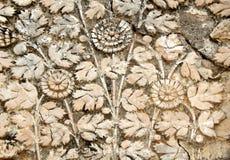 Wandkunst-Stuckarbeit von Früchten im Korb entwirft auf Äußeren des Tempels mit 200 Jährigen Stockfotos