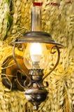 Wandlampe auf dem Hintergrund des Weizens Stockfoto