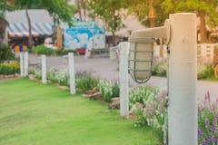 Wandlampe auf weißem Zaun Garten am im Freien Stockfoto