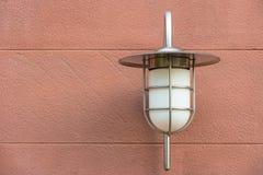 Wandlampe im Freien brachte an einer Steinoberfläche an Lizenzfreie Stockfotos