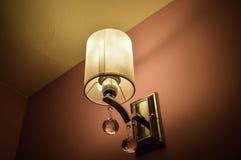 Wandlampe im Schatten Stockfotos