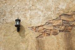 Wandlampe mit einer gebrochenen Wand Stockbilder