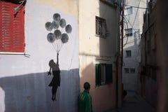 Wandnachahmung Banksy im palästinensischen Flüchtlingslager stockfotografie