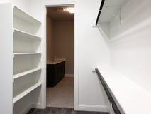 Wandschrank für Kleidung und Waschraum in einem neuen Haus lizenzfreies stockfoto