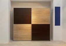 Wandschrank-Garderobe lizenzfreie stockbilder